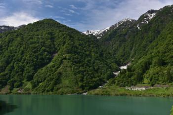 DSC_3681新緑の山の奥には雪山が.JPG