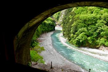 DSC_3698トンネルの窓から見る黒部川.JPG