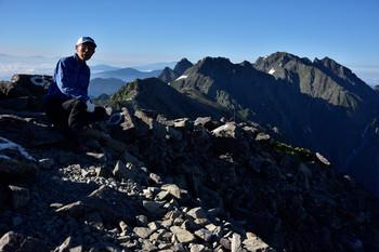 DSC_4587中岳山頂筆者.JPG