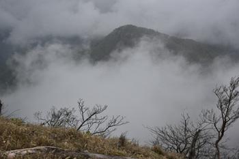DSC_8151臼ヶ岳2が雲間に見えた.JPG
