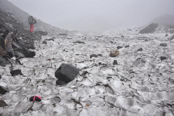_DSC_1400雪渓の上を少し歩く.JPG